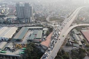 5 ô tô tông nhau trên cầu Vĩnh Tuy, giao thông 'tê liệt'