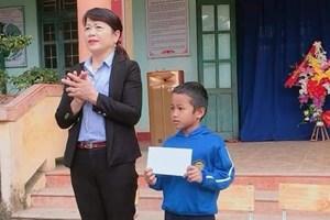 Quảng Trị: Biểu dương học sinh nghèo lớp 2 trả lại 7 triệu đồng nhặt được