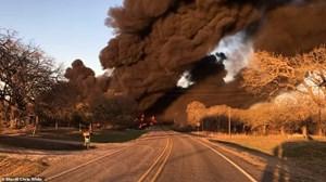 Video tàu chở dầu Mỹ 110 toa va chạm xe tải, phát nổ như 'cầu lửa'