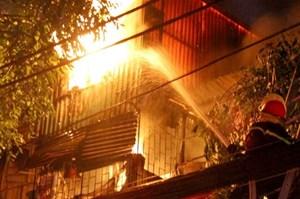 Không được quan tâm, cụ ông cột cửa, phóng hỏa thiêu 3 căn nhà của người thân