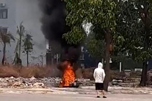 Bình Dương: Cô gái trẻ đốt xe SH trong công viên