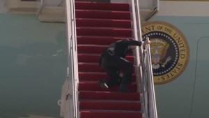Tổng thống Biden liên tục vấp ngã khi lên chuyên cơ Không lực Một