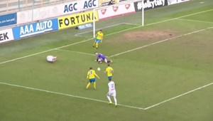 Bàn thắng khó tin trên chấm phạt đền, thủ môn bay đúng hướng cũng chịu thua