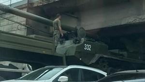 Pháo tự hành Nga kẹt dưới gầm cầu
