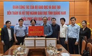 Bộ GDĐT trao tặng gần 10 tỷ đồng cho ngành giáo dục 4 tỉnh miền Trung