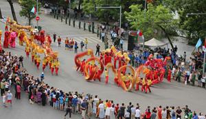 Nhiều hoạt động ở phố đi bộ hồ Hoàn Kiếm