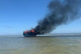 Tàu chở khách từ Cù Lao Chàm về Cửa Đại bốc cháy