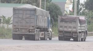 Ám ảnh những đoàn xe dấu hiệu chở quá tải chạy rầm rập trên quốc lộ