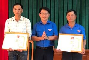 Bình Định: Khen thưởng 2 thanh niên dũng cảm cứu người gặp nạn trong lũ dữ