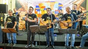 Khán giả phát cuồng vì MC Long Vũ, Anh Tuấn hát nhạc The Beatles