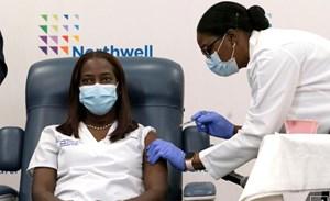 Người Mỹ đầu tiên được tiêm vaccine ngừa Covid-19