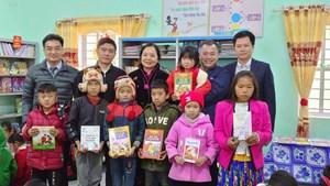 Tặng sách cho học sinh, phụ nữ vùng biên tỉnh Hà Giang