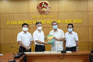 Tiếp nhận 1000 cuốn sách dạy tiếng Việt dành cho kiều bào