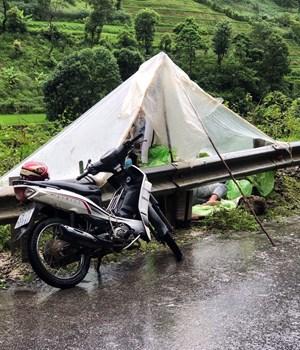 Vượt hàng trăm km về Lai Châu, nhóm thanh niên phải ngủ ven đường, giữa trời mưa