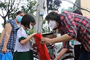 Mặt trận TP HCM thăm, tặng quà Trung thu cho trẻ mồ côi vì dịch Covid-19