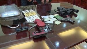 Kẻ buôn ma túy tàng trữ súng, dùng flycam theo dõi cảnh sát