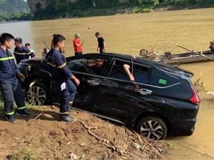 Ô tô 7 chỗ lao xuống sông, 3 người chết
