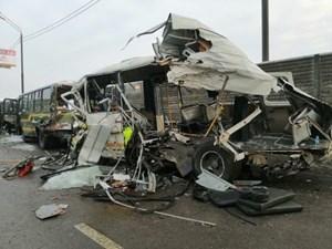 Xe tải hạng nặng đâm vào đoàn xe quân sự Nga, 47 người thương vong