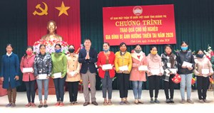 Quảng Trị: Tặng quà cho gia đình khó khăn đón Tết