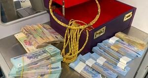 Phát hiện hộp da chứa rất nhiều tiền, vàng bị bỏ quên trên máy bay