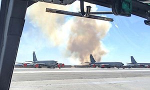 Cháy rừng đe dọa căn cứ không quân Mỹ