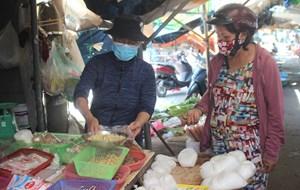 [ẢNH] Chợ Vườn Lài hoạt động trở lại sau 14 ngày bị phong tỏa