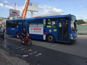Không dễ thu tiền quảng cáo trên xe buýt