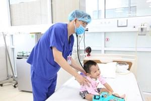 Cứu bé 3 tuổi nguy kịch do biến chứng bệnh tay chân miệng