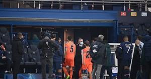 Vì sao trận PSG với Basaksehir bị hủy bỏ sau 16 phút thi đấu?