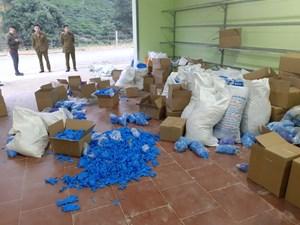 Thu giữ trên 8 tấn găng tay y tế đã qua sử dụng tại Thái Nguyên