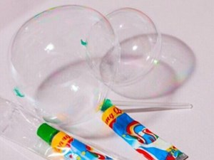 Cảnh báo ngộ độc từ trò chơi thổi bong bóng từ tuýp dạng keo