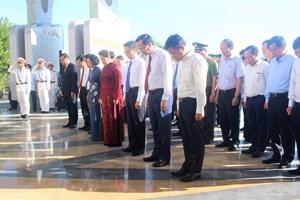 Chủ tịch Quốc hội dâng hương tưởng niệm các Anh hùng liệt sỹ tại Quảng Nam