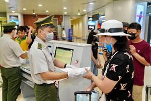 [ẢNH] Sân bay Nội Bài đón khách trở về từ vùng dịch trong trật tự