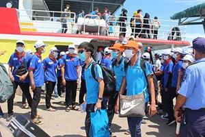 Bình Thuận: Đón hơn 100 thí sinh từ đảo Phú Quý vào đất liền dự thi tốt nghiệp THPT