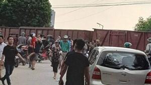 Hà Nội: Tàu hoả va chạm xe 45 chỗ khiến nhiều học sinh bị thương