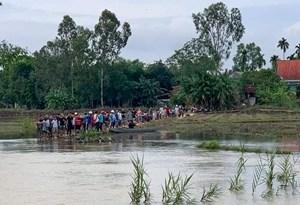 Rơi xuống sông khi đi qua cầu máng, một nữ sinh đuối nước thương tâm