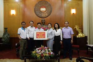 Phó Chủ tịch Trương Thị Ngọc Ánh tiếp nhận ủng hộ phòng, chống dịch