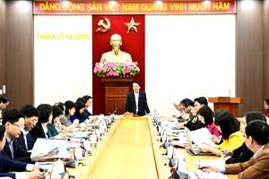 Phó Chủ tịch – Tổng Thư ký Hầu A Lềnh kiểm tra công tác bầu cử tại thành phố Hạ Long