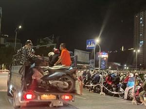 Quảng Ninh: Lực lượng chức năng hỗ trợ người dân qua cầu Bãi Cháy