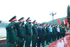 Đoàn công tác Bộ Quốc phòng dâng hương tưởng niệm Anh hùng liệt sĩ Đoàn tàu không số