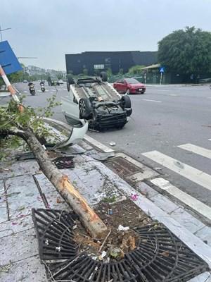Quảng Ninh: Xe ô tô mất lái, lộn nhào khiến đầu biến dạng