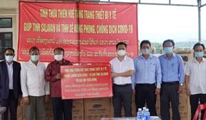 Thừa Thiên – Huế trao tặng thiết bị y tế giúp 2 tỉnh của Lào phòng, chống dịch Covid-19