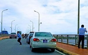 Thứ trưởng Bộ Xây dựng xin lỗi về sự việc dừng xe trên cầu Nhật Lệ 1