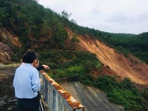 Khoảng 5.000m3 đất đá sạt lở gần chân đập Thủy điện Hương Điền