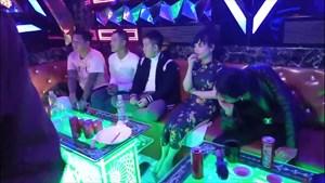 Đột kích quán karaoke lúc nữa đêm, phát hiện 16 người dương tính với ma túy