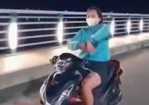 Quảng Ngãi: 'Cô gái đầu trần phóng xe, múa quạt' bị phạt 7,4 triệu đồng