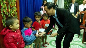 Tam Kỳ (Quảng Nam): Hàng trăm suất quà cho người nghèo vùng biên giới