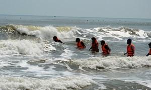 Quảng Ngãi: Tìm thấy thi thể người đàn ông lao ra biển cứu người