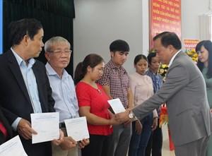 Quảng Nam: Tặng quà cho cán bộ y tế có hoàn cảnh khó khăn