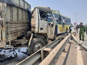 Quảng Nam: Xe khách tông xe tải, nữ tài xế nữ trọng thương